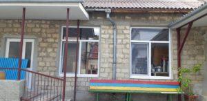În liceul teoretic cu profil tehnologic pentru copiii slabvăzători s-au schimbat 27 ferestre și 18 uși.
